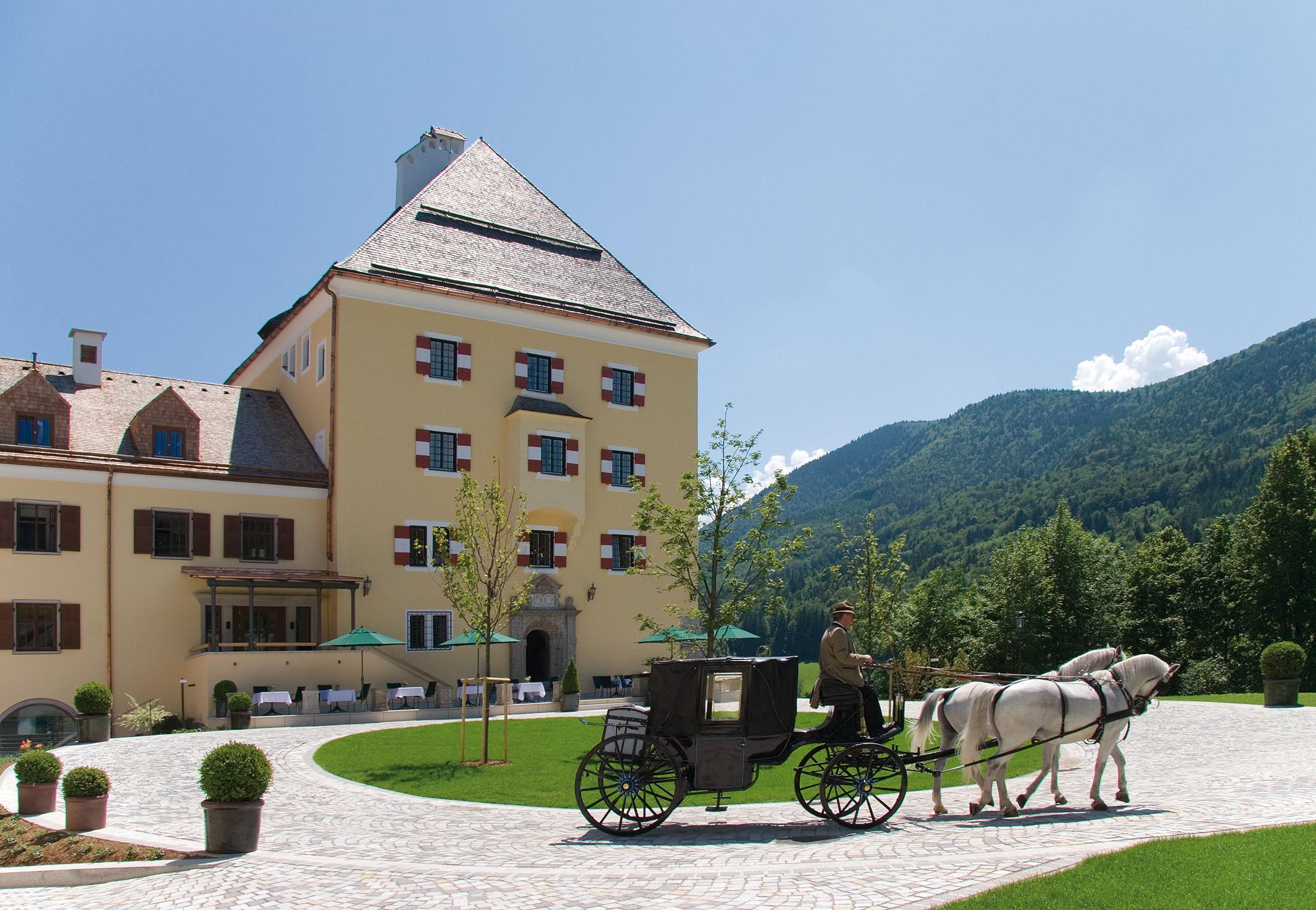 Schloss Fuschl mit Kutsche