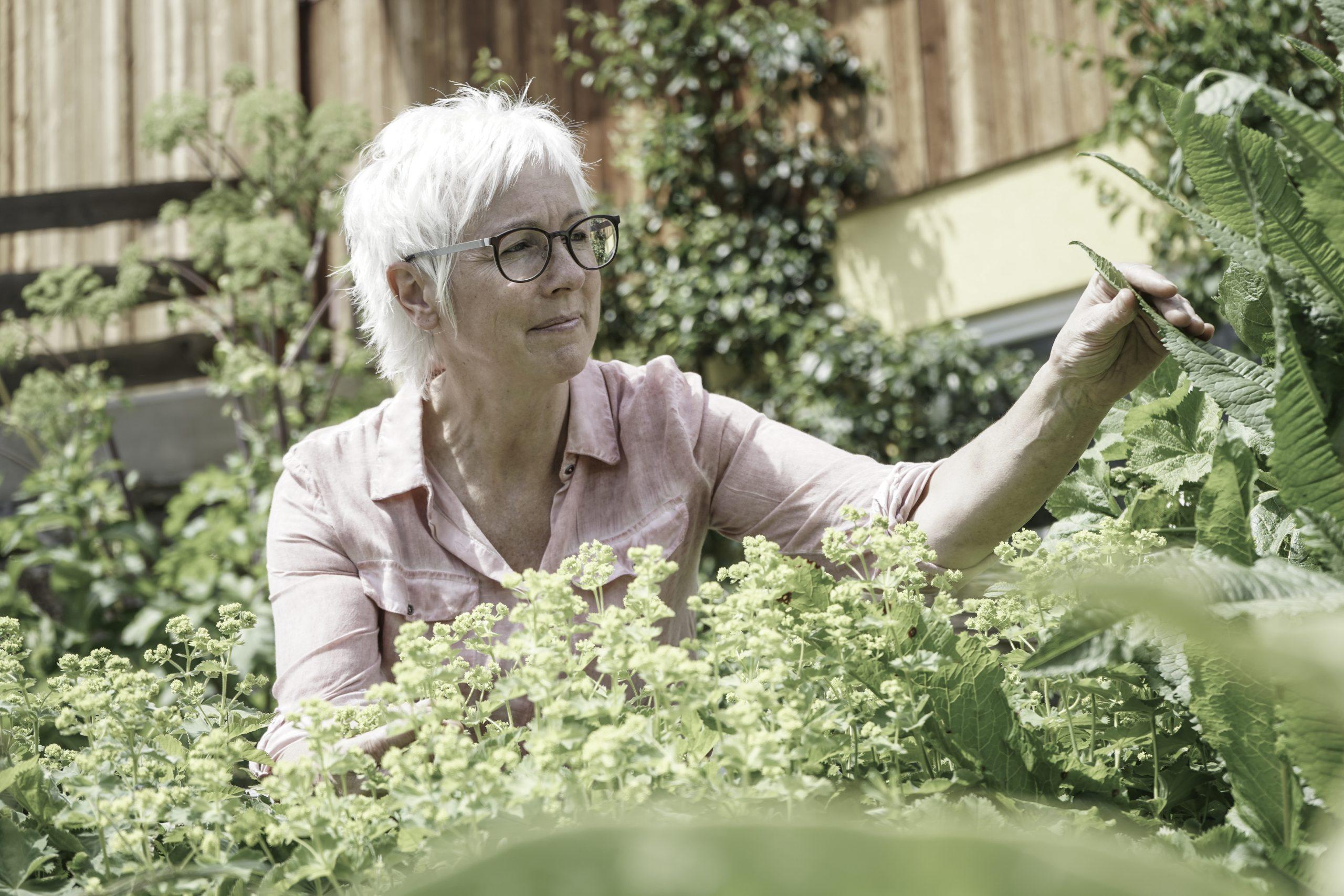 Flora Löcker in ihrem Kräutergarten